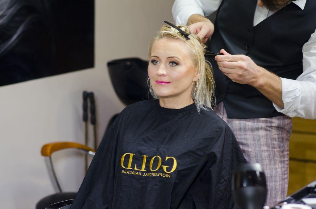 VAATA TELESAATE KORDUST! KAS TOHIB? Reporter Kristiina Võsu usaldab ennast naiseliku jumestaja ja mehise juuksuri hoolde