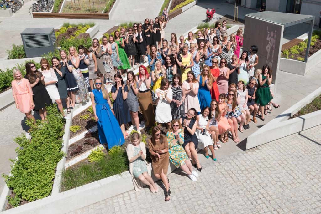 KLEIDIPÄEVA AUKS! 70 Baltika naist riietusid rahvusvahelise kleidikandmise päeva puhul kleitidesse