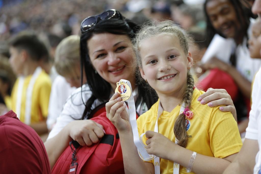 Olga Simagina koos ema Mariaga EMi finaalmängul_foto_McDonald's