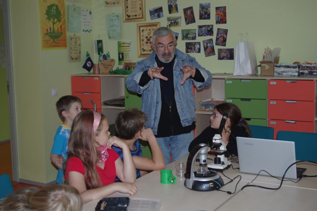 Aleksei Turovski avas lastele mikroskoobiringi