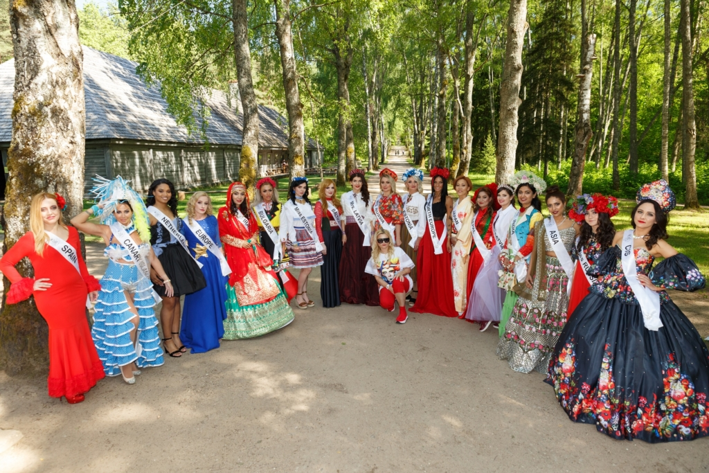 Osalejad Läti vabaõhumuuseumis